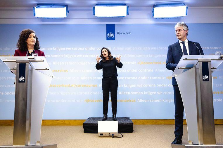 Onderwijsministers Ingrid van Engelshoven en Arie Slob tijdens een persconferentie over een deltaplan voor het onderwijs. Beeld ANP