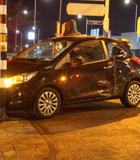 Pick-up truck knalt vol in flank van auto: één gewonde