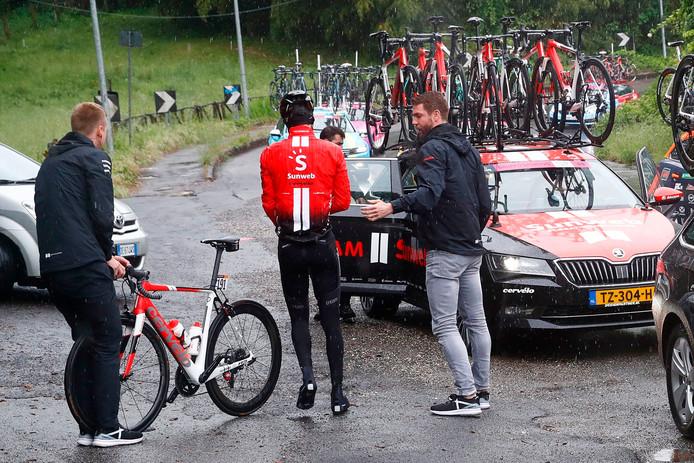 In de stromende regen verliet Tom Dumoulin woensdag de Giro.