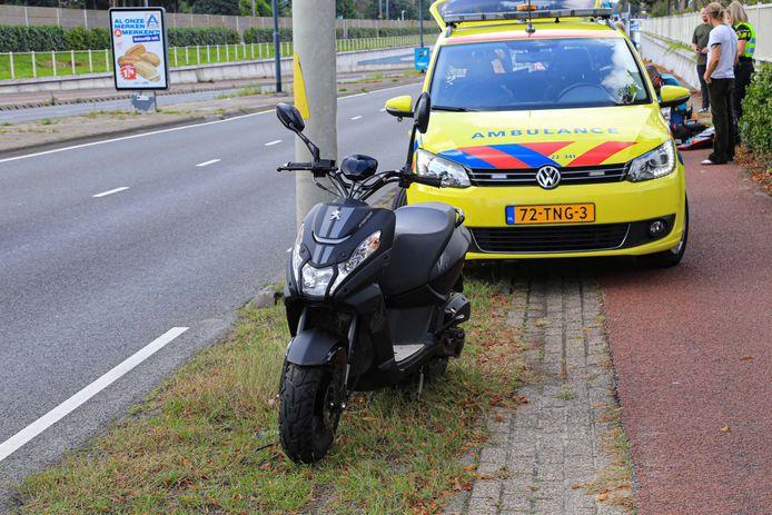 Dame op leeftijd ernstig gewond bij botsing met scooter op fietspad in Helmond.