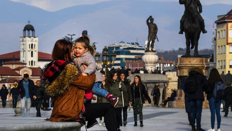 Inwoners van Skopje, afgelopen dinsdag op het centrale plein. Er zijn onderhandelingen gaande met buurland (en EU-lid) Griekenland over de naam van hun land, Macedonië. De 'Voormalige Joegoslavische Republiek Macedonië' wil graag toetreden tot de EU. Beeld null