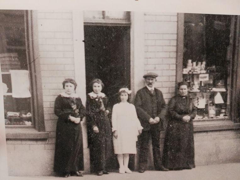 Rechts op de foto de stichters van de bakkerij, overgrootouders Moons-Kets, links hun dochter Emma Kets en twee nichtjes. Ze staan voor de bakkerswinkel in de Rivierstraat.