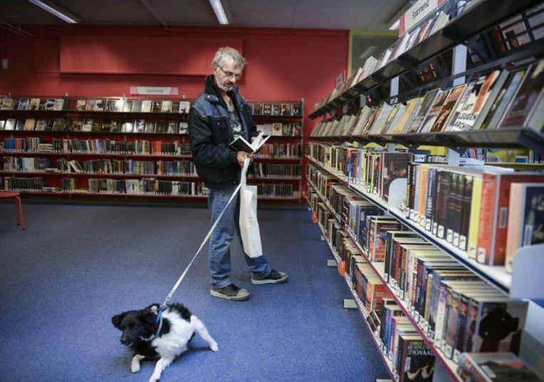Edward Warmerdam in de bibliotheek.