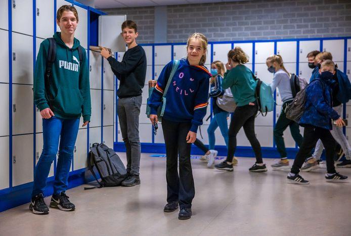 Net als alle scholen sluit het d'Oultremontcollege in Drunen voor bijna alle leerlingen de deuren.. Tim Lijtens, Jules Meijer die zijn kluisje leeg haalt en Yinthe Traxel zullen hun lessen thuis digitaal gaan volgen.