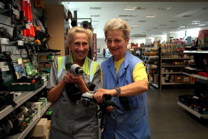 De zussen Agnes en Marie-José van IJzerwaren Penneman in hun nieuwe winkel aan de Heidebaan.