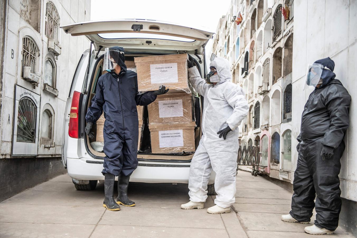 Kisten met nieuwe coronaslachtoffers arriveren op een begraafplaats in de hoofdstad Lima.