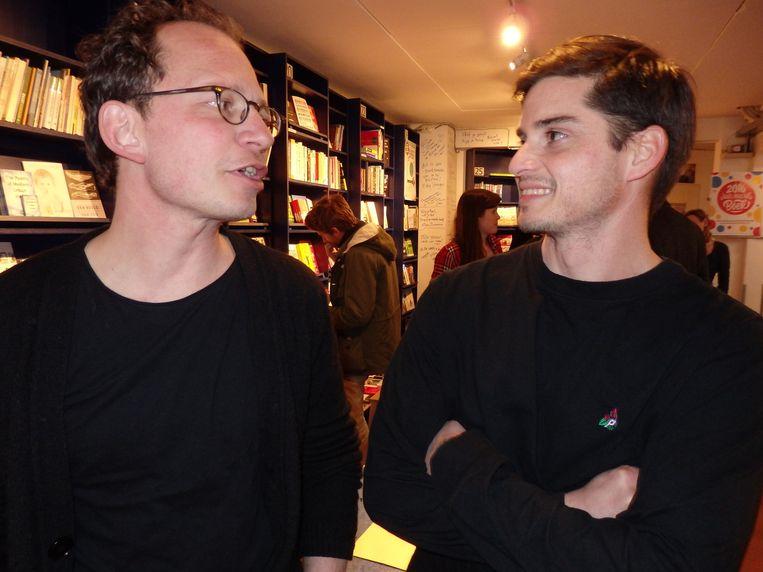 Jasper Henderson van Lebowski (l) en schrijver Mick Johan, die een boek over Ermelo schrijft, en dat is niet echt vleiend, dus straks in Ermelo voorlezen wordt een hele kluif. Beeld -