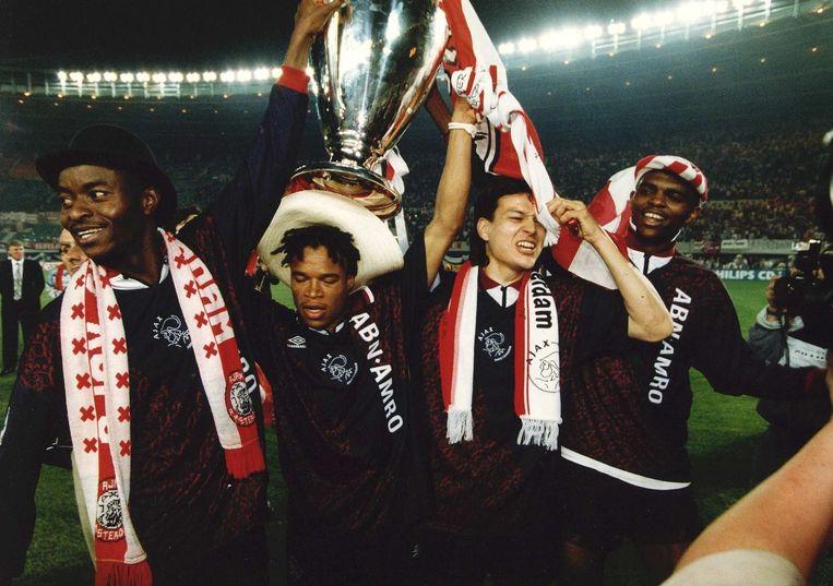 Ajax wint de Champions League in 1995. Vlnr: Finidi George, Edgar Davids, Jari Litmanen en Nwankwo Kanu met de beker Beeld ANP