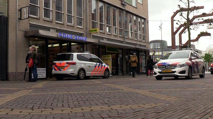 Politie voor de overvallen telefoonwinkel in de Hamburgerstraat in Doetinchem.