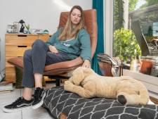 Linda (26) voelt zich al vijf jaar opgesloten, slaapt jaren op de bank en is eenzaam: 'Het is een hel'