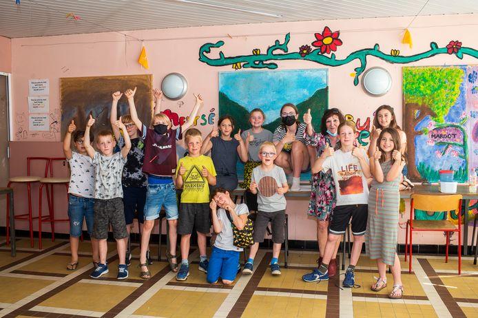 De kinderen van het jeugdplusatelier hebben de muren van hun klas opgefleurd.