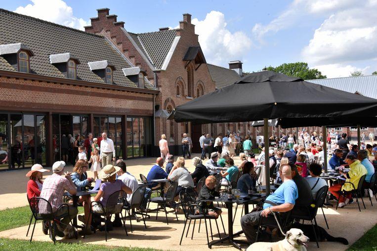 Archiefbeeld: Veel volk op het terras van brasserie De Kolonie.