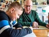 Rekenwonder Aad (11) krijgt les van rekenkampioen Willem (82): 'Van rekenmachines word je lui en dom'