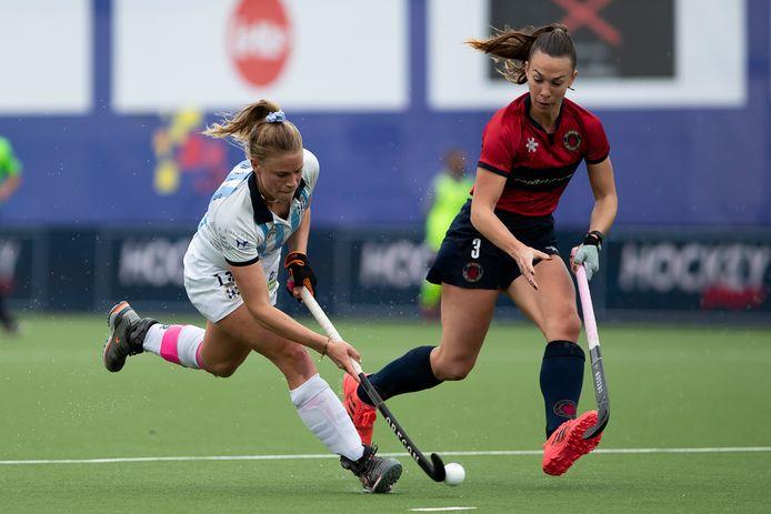 Alix Gerniers (l., Gantoise) in duel met de Argentijnse Rocio Emme van Dragons. Gantoise won de eerste finalewedstrijd met 3-0.