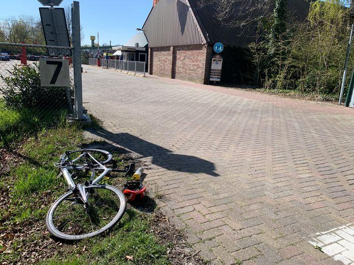 Een wielrenner is gewond geraakt nadat hij ter hoogte van ponypark Slagharen geschept werd door een auto.