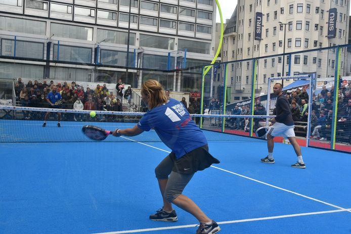 Padel is een mix tussen squash en tennis.