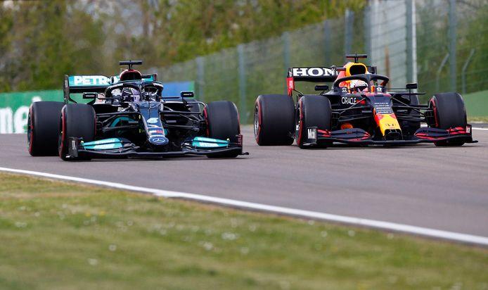 Max Verstappen en Lewis Hamilton zij aan zij tijdens de vrije training van vrijdag.