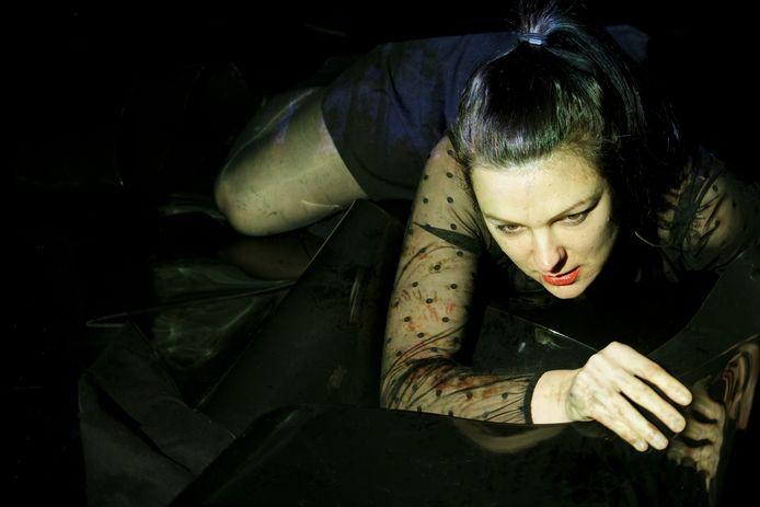 Rianne Wilbers in de voorstelling 'Crash Blossom'.