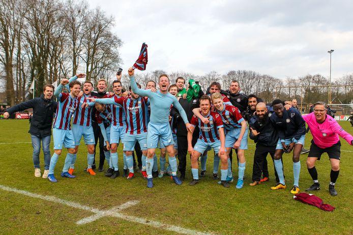 07-03-2020: Voetbal: Eefde v OVC 85: Eefde 3e Klasse seizoen 2019-2020  L-R het team van OVC 85 viert de periodetitel
