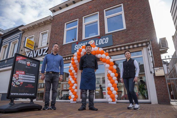 Sushi Loco opende afgelopen weekend in Zevenbergen. Daarvoor staat het ondernemende echtpaar Xiangfu Ye en zijn vrouw Jing Ye. In het midden kok Jiale Kang.