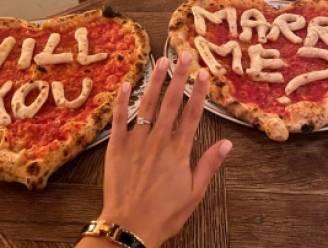 Man vraagt vriendin ten huwelijk met pizza