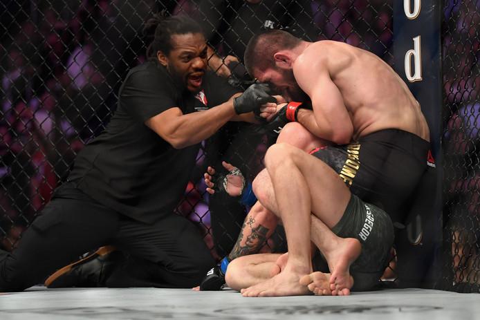 Khabib Nurmagomedov wint het gevecht tegen Conor McGregor.