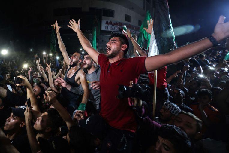 Honderden Palestijnen gaan de straat op in Gaza om het ingaan van het bestand te vieren. Beeld AFP