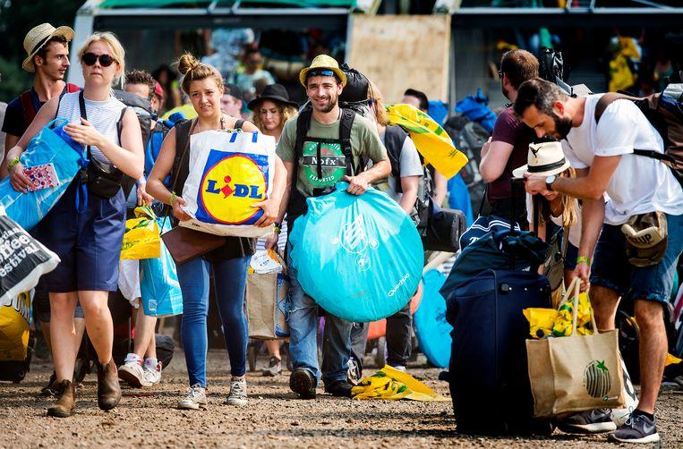 Festivalgangers arriveren op het festivalterrein van Lowlands. Beeld ANP Kippa