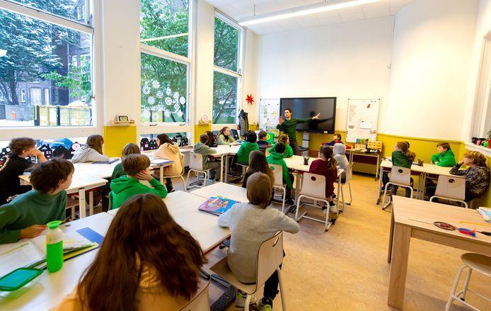 Afstand houden hoeft niet op de basisschool, zoals hier de Rotterdamse Montessorischool. Als er op de basisschool één positieve test is, gaat de hele klas in quarantaine.