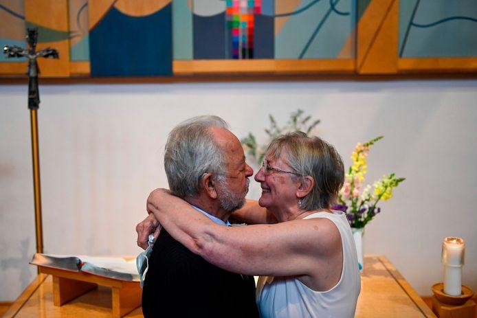 Linda Hoveskeland et Ardell Hoveskeland avaient décidé de passer leur confinement ensemble après un seul tête-à-tête, ils se sont unis jeudi.