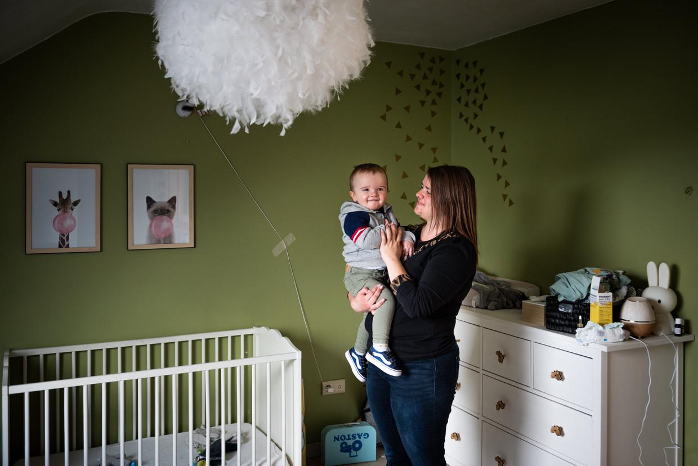 Hanna Lemahieu met zoontje Gaston (16 maanden). 'Er waren nachten bij dat ik tussen 1 uur en 5 uur zeven keer moest opstaan.' Beeld Wouter Maeckelberghe