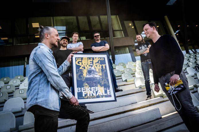 Vitesse-aanvoerder Remko Pasveer neemt de poster en vlag in ontvangst voor de bekerfinale.