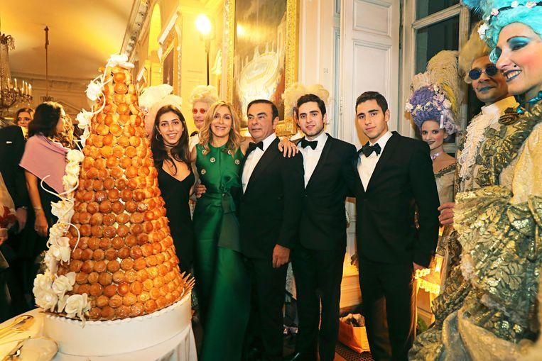Carlos Ghosn en zijn vrouw Carole Nahas op een extravagant feest in het paleis van Versailles in oktober 2016, met haar kinderen Tara, Daniel en Anthony Marshi. Beeld LAURENT CAMPUS