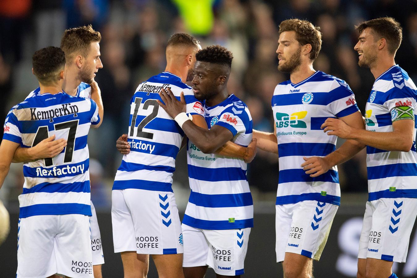 Spelers van De Graafschap vieren een doelpunt tegen FC Eindhoven.