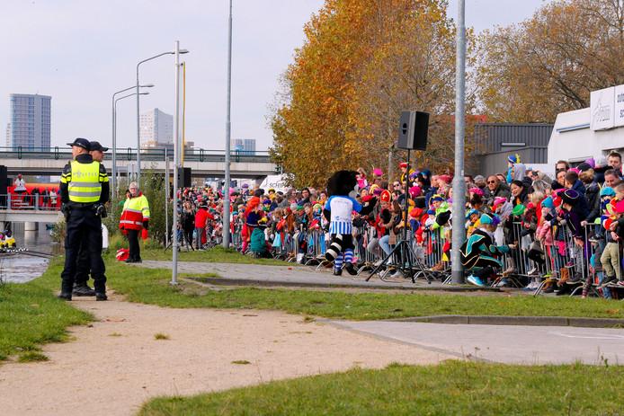 Eindhoven - Veel politie op de been tijdens de intocht van sinterklaas in Eindhoven