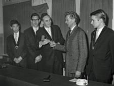Waarom moest de nieuwe voorzittershamer voor Demos in 1964 helemaal uit Delft komen?