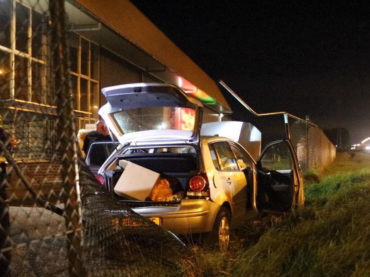 Auto gelanceerd op A2, eindigt op hekwerk