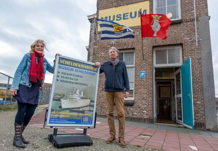 Marian Roos-Koolwijk en Doeke Roos de entree van Museum Scheldewerf aan de Willem Ruyssstraat.