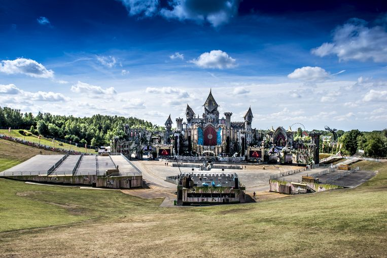 De slingers en confetti van gisteren zijn bij elkaar geveegd: Tomorrowland is klaar voor een laatste dag doldwaze #yolo. Beeld Stefaan Temmerman