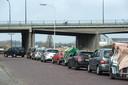 Rij auto's voor de ingang milieustraat aan het Sspinveld.