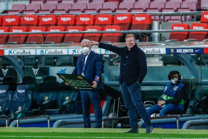 Ronald Koeman geeft zijn spelers instructies tijdens de wedstrijd tegen Huesca