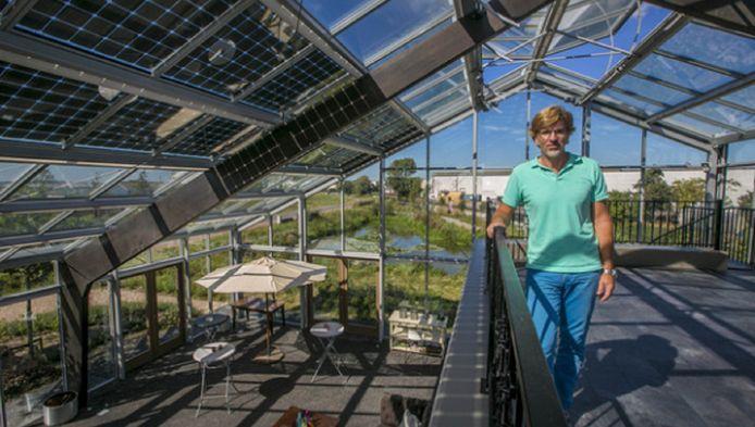 Kassenbouwer Ron van der Burg op het dakterras van zijn kaswoning in 's-Gravenzande.