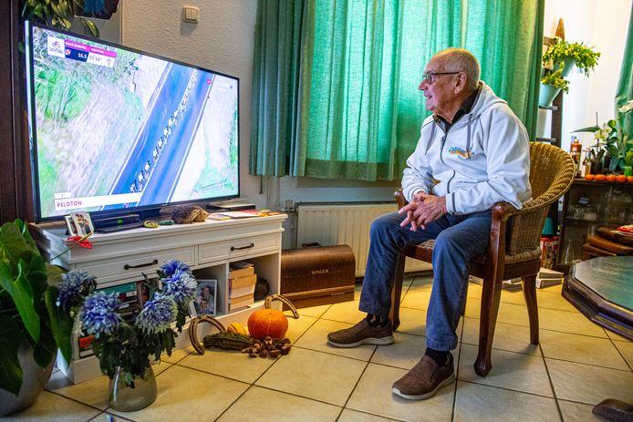 Wim Sluis (81) volgt nauwgezet de prestaties van zijn oud-pupil Wilco Kelderman op de televisie.