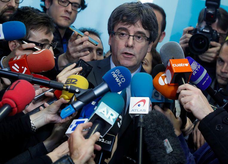 Puigdemont omstuwd door de pers in Brussel, 24 januari 2018. Beeld REUTERS