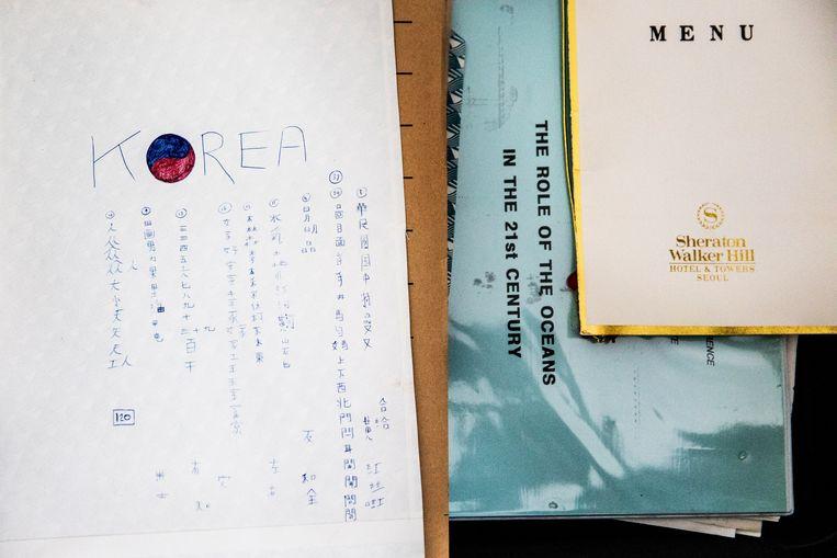 Documenten en paperassen uit een van de koffers van Ronald Waterman, als ingenieur gespecialiseerd in bouwen met de natuur. Beeld Aurélie Geurts