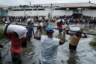 fotoreeks over Cycloon houdt lelijk huis in Mozambique