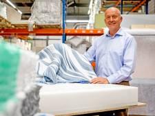 Slapen op een matras van plastic flessen: 'Afval ligt nét zo lekker als dons'