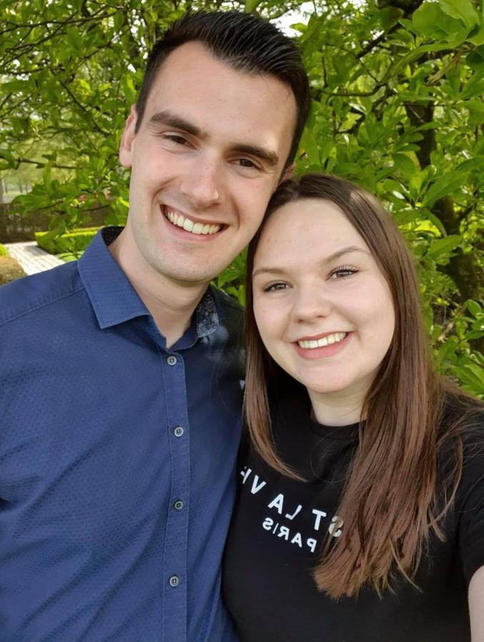 Timo van der Velden (21) uit Vlijmen met zijn vriendin. Zij kregen het Janssen-vaccin na vele belpogingen.