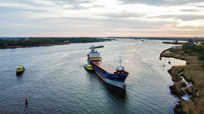 Een cargoschip raakte beschadigd bij een botsing op de Oude Maas.