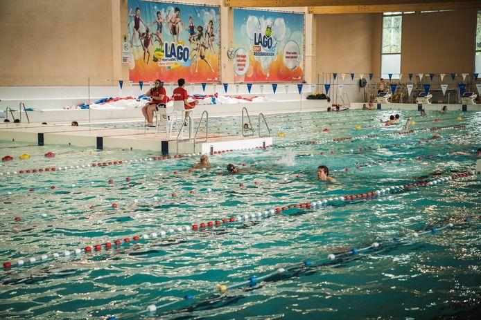 Het ponton dat het sportbad in twee deelt, links in beeld, zakt niet meer